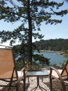 Relax & Lounge at our Eagle Cliff Viewpoint and enjoy sun, dappled shade & the rhythm of the waves.