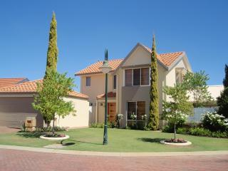 Tea Tree Manor - Air-conditioned, large Alfresco, BBQ area and park views.