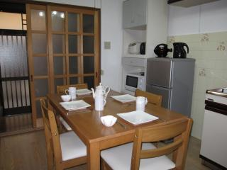Four people can comfortably sit and eat in the kitchen / dining area