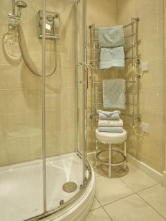 Walk-in shower cabinet - fluffy towels provided