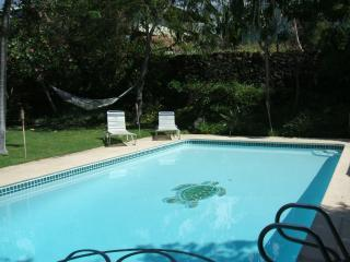 TUTU'S BEACH HOUSE... LARGE HOME WITH PRIVATE POOL, Kailua-Kona