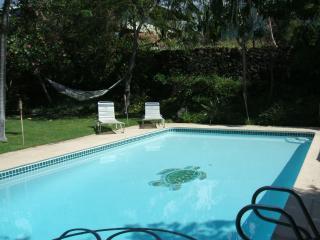 TUTU'S BEACH HOUSE... LARGE HOME WITH PRIVATE POOL, Kailua-Kona