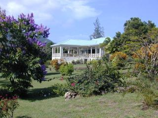 Hill Rise House - Privacy in 2 acres, with tennis ct. & pool - panoramic views,