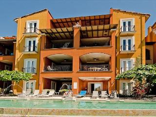 Lovely 2BR beachfront condo- internet, a/c, patio, shared pool HOR103, Tamarindo