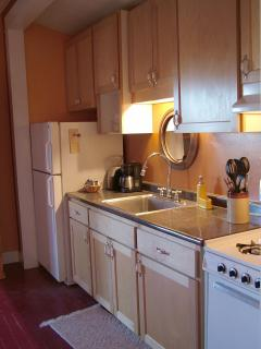 Doublejack fully appointed kitchen with full size refrigerator, icemaker, gas stove and oven