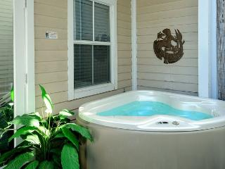 Duval Square Penthouse- Gorgeous Condo on Duval St w/ Private Hot Tub, Cayo Hueso (Key West)