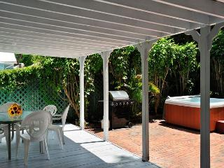 Hemingway's View- Great Location, 3 BR 2 Bath, Decked Viranda and Hot Tub, Key West