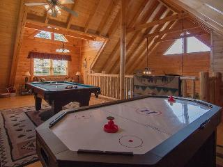 Smoky Mountain Retreat​  2 Pools,Wifi,Mini-Golf ,Hot Tub, Pool Table, Air Hockey