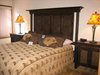 King Size Bed in de slaapkamer, met Overstuffed luxe beddengoed