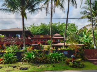 Romantic Oceanfront Bali Cottage, Spa steps to Kehena Beach, Pahoa