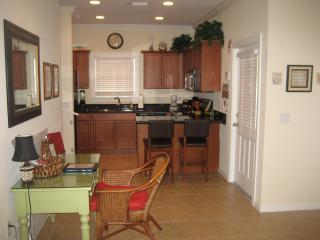 Bureau en keuken door de voordeur