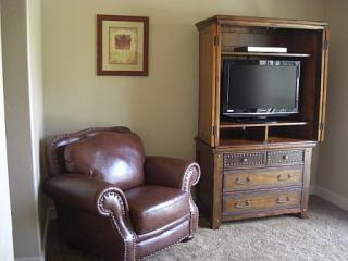 Master Bedroom, sitting chair, 32' LCD w/DVD