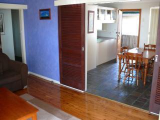 Unité 1 (en bas) - salon-salle, regardant vers la salle à manger et cuisine