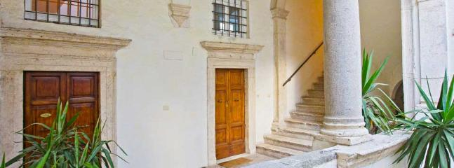 Apartment in Rome Jewish Ghetto the courtyard