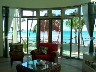 Vista desde el salón en el alma de la Casa del Caribe en la bahía de Tankah