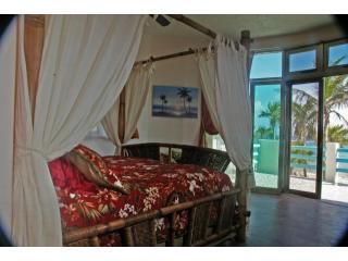 Dormitorio principal con amplio balcón que se abre a la playa & bahía de Tankah