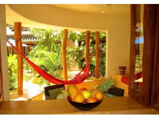 Luxurious Poolside 1BR Condo near beach & markets., Zihuatanejo