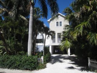 Sun & Moon Pool House, Beachside of Village Center on a private lane, Île de Captiva