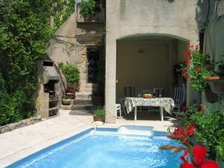 Charming 3 Bedroom Village House with Pool, Merindol