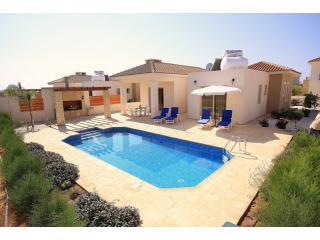 Sea Point 3 Bed Bungalow in Coral Bay 300m to sea, Pafos
