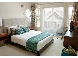 Camera matrimoniale con ampia cabina armadio, letto matrimoniale, lenzuola di lusso e lucernario