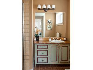 Master bagno con doccia piastrellata, radiante riscaldata pavimenti, servizi igienici, asciugamani di lusso