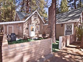Lakeside Lodge,1 Block to Lake, 5BD, HotTub-WiFI