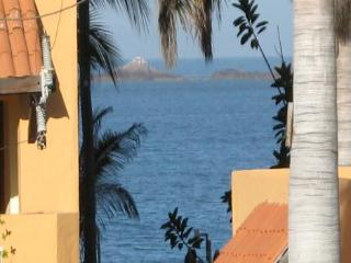 Across from the BEACH in the Goldenzone! 2 bd/2bath Condo! ENFRENTE DE LA PLAYA!