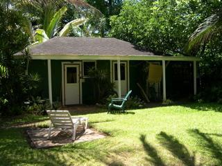 Garden Surf Cottage in Hanalei-a walk to the beach