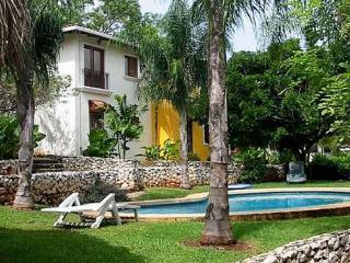 Peaceful retreat- near beach and town, pool, a/c, internet, cable, Tamarindo