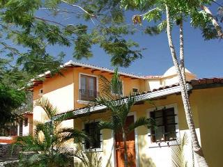 Peaceful retreat- near beach and town, pool, a/c, internet, cable