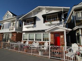 Classic Oceanfront Balboa Beach Cottage Right on the Boardwalk! (68115)