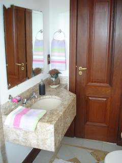 SUITES: Bathroom Suite 3