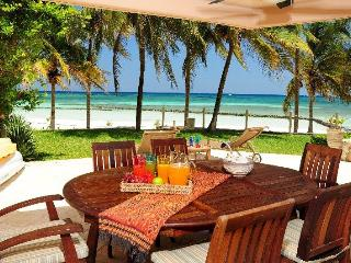 Beautiful 4 BR beachfront Condo Villas del Mar, Puerto Aventuras