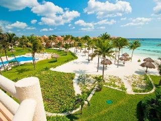 Villas del Mar beach and pool area