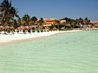 Beautiful 4 BR beachfront Condo Villas del Mar