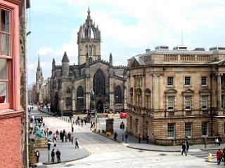 Royal Mile. Lawnmarket. City centre with parking, Edinburgh