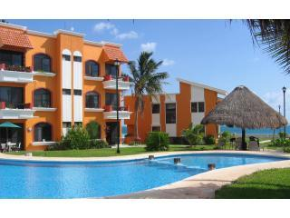 Beachfront Condo & Easy Walk to Town Square., Puerto Morelos