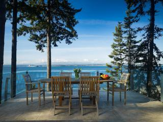 Dine al fresco on the infinity frameless surround deck