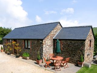 BADGER COTTAGE, pet friendly, character holiday cottage, with a garden in St Iss