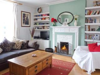 THE OLD BANK HOUSE, pet-friendly, character holiday cottage, with a garden in Me