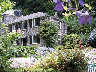 MILLER'S HOUSE, pet friendly, character holiday cottage, with a garden in Tintagel, Ref 980