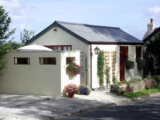 PALMERS LODGE, romantic, country holiday cottage, with a garden in Egloskerry, R