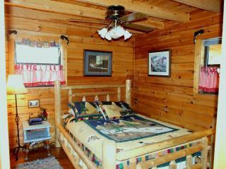 Getaway Main Level Queen Bedroom - bedroom # 3