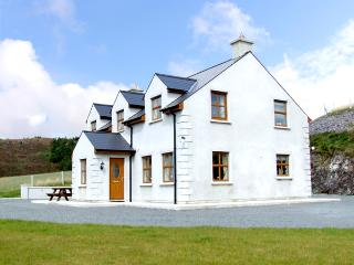 ARDAGH NORTH, pet friendly, country holiday cottage, with a garden in Baltimore,