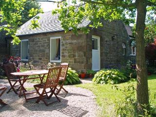 BARN CROFT COTTAGE, pet friendly, character holiday cottage, with a garden in El