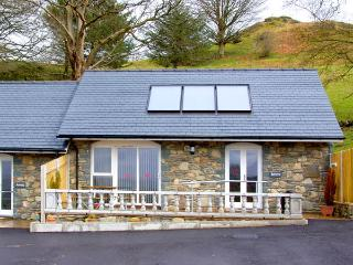 BERWYN COTTAGE, family friendly, character holiday cottage, with a garden in Bal