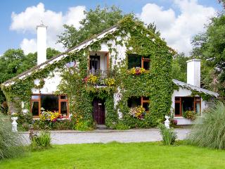 BREWSTERFIELD LODGE HOUSE, pet friendly, country holiday cottage, with a garden in Killarney, County Kerry, Ref 2630