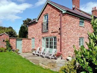 CAE CALED COTTAGE, pet friendly, luxury holiday cottage, with pool and WiFi in Bodfari Near Denbigh, Ref 2034