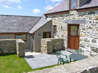 BWYTHYN-Y-WENNOL, family friendly, country holiday cottage, with a garden in Abe